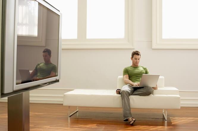 salon séjour homme ordinateur